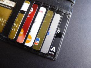 財布の中に複数のクレジットカード